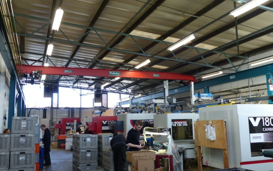 Pelloby Single Girder Overhead Crane Spanning a Warehouse