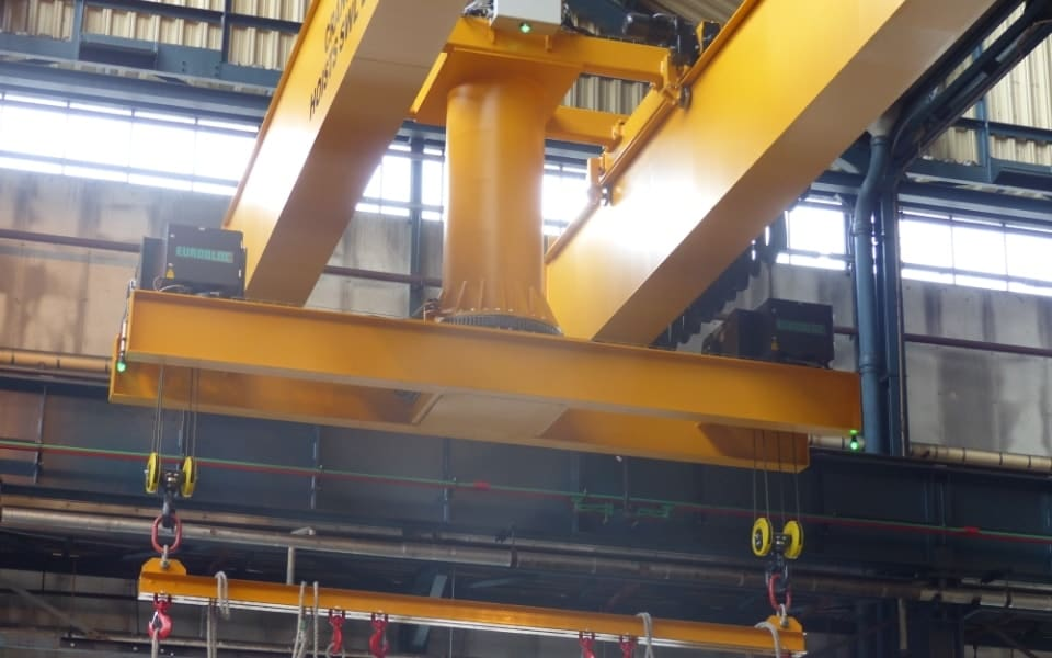 Turntable crane in action