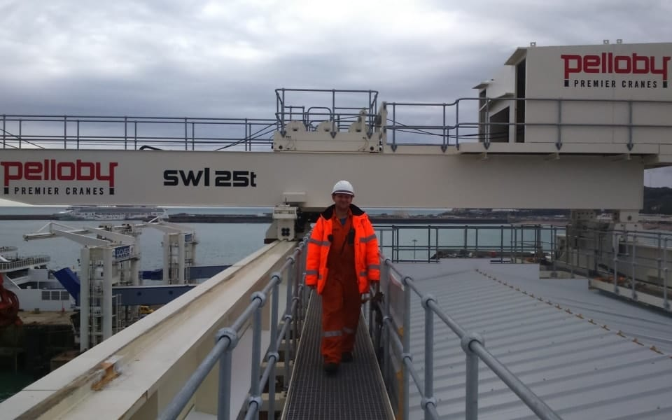 Pelloby worker by 25 tonne harbour crane